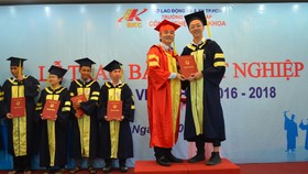 TS Hoàng Văn Phúc, Hiệu trưởng Trường TC Công nghệ Bách khoa trao bằng tốt nghiệp cho học sinh