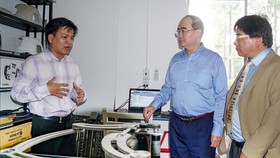 Bí thư Thành ủy TPHCM Nguyễn Thiện Nhân thăm khu nhà xưởng của Trường ĐH Sư phạm Kỹ thuật TPHCM. Ảnh: HOÀNG HÙNG