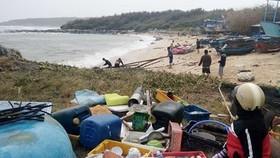 Hàng loạt bè cá của người dân bị sóng đánh trôi, thiệt hại hàng trăm triệu đồng. Ảnh: Văn Linh