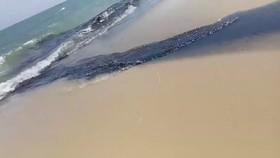 Nước thải có màu đen ngòm chảy thẳng ra biển.