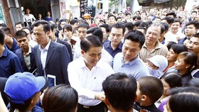 Chairman of the Hanoi People's Committee Nguyen Duc Chung with residents in Dong Tam commune, My Duc district, Hanoi on April 22 (Photo: VNA)