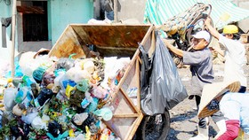 Garbage collection in Pham Van Xao street, Tan Phu district, HCMC (Photo: SGGP)