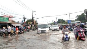 Many streets are inundated after a rain in the afternoon in District 9 on May 20 (Photo: SGGP)