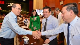 Secretary of the HCMC Party Committee Nguyen Thien Nhan (L) shakes hands with delegates at the conference on June 26 (Photo: SGGP)