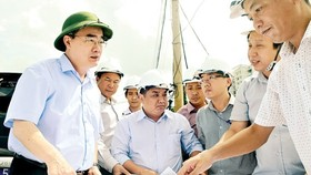 Secretary of the HCMC Party Committee Nguyen Thien Nhan surveys the construction site of My Thuy intersection, District 2 on July 12 (Photo: SGGP)