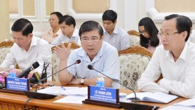 Chairman of the HCMC People's Comiittee Nguyen Thanh Phong chairs a meeting on socioeconomic situtation on July 28 (Photo: SGGP)