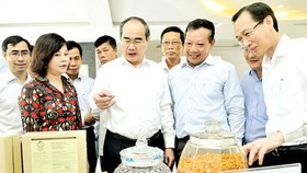 Secretary of the HCMC Party Committee Nguyen Thien Nhan sees hi-tech agricultural products (Photo: SGGP)