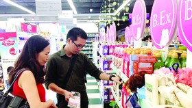 Customers buy cosmetics under a promotional program on the occasion of Vietnamese Women's Day in HCMC (Photo: SGGP)