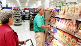 Consumers buy Japanese confectionary at AEON supermarket in HCMC (Photo: SGGP)