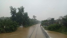 The North South Railway has been submerged under floodwater in Thua Thien-Hue province (Photo: baogiaothong)