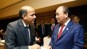Prime Minister Nguyen Xuan Phuc (R) and Ishwar Mangal of Suzlon (Source: VNA)