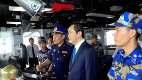 President Tran Dai Quang visit to the Coast Guard Zone 3 High Command in the southern province of Ba Ria-Vung Tau on January 30. (Photo: VNA/VNS)