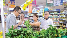 Customers buy vegetables at Co.opMart Supermarket in Cong Quynh street, district 1, HCMC (Photo: SGGP)