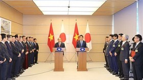 Prime Minister Nguyen Xuan Phuc and Japanese Prime Minister Shinzo Abe at a joint press conference yesterday in Tokyo. VNA/VNS Photo