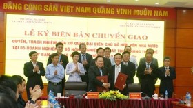 The Ministry of Agriculture and Rural Development inks an agreement to transfer its ownership of State capital in five agriculture SOEs to the Committee for Management of State Capital on November 15. (Photo: VNA)