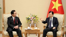Deputy Prime Minister Trinh Dinh Dung (R) received Governor of Japan's Kanagawa prefecture Yuji Kuroiwa in Hanoi on November 16 (Photo: VNA)