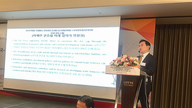 Heo Yoon, a professor from Sogang University Graduate School of International Studies and President of the Korean Association of Trade and Industry Studies, addresses the seminar on November 16. (Photo: VNA)