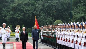 Party General Secretary, President Nguyen Phu Trong (left) and Indian President Ram Nath Kovind review a guard of honour in Hanoi yesterday. (Photo: VNA/VNS)