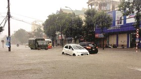 Heavy rain badly submerges many roads in Vinh city, Nghe An province