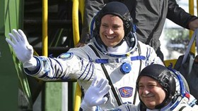 Phi hành gia Nga Fyodor Yurchikhin (phải) và phi hành gia Mỹ Jack Fischer vẫy chào trước khi lên tàu vũ trụ Soyuz tại sân bay vũ trụ Baikonur ở Kazakhstan ngày 20-4-2017. Ảnh: AP