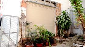 Chủ nhà 89/577A1 Nguyễn Kiệm đã đập bỏ tường rào, trổ cửa vào sân cư xá Trần Phú