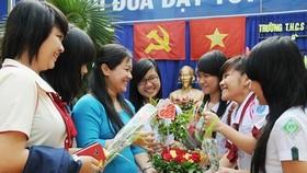 Học sinh trở về trường cũ tặng hoa tri ân cô giáo nhân Ngày Nhà giáo VN 20-11. Ảnh: Mai Hải