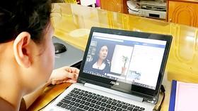 """Người dân theo dõi các bài viết """"Gương sáng quanh tôi"""" trên Facebook"""