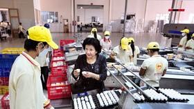 Bà Phạm Thị Huân tại xưởng sản xuất Công ty  Ba Huân