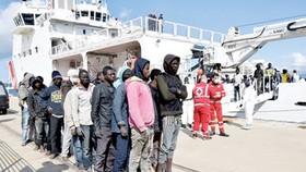 Người di cư từ châu Phi vẫn tìm mọi cách trốn sang châu Âu