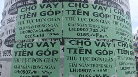 Những rao vặt cho vay tiền được dán dày đặc dưới gầm cầu vượt ngã 6 (quận Gò Vấp, TPHCM)