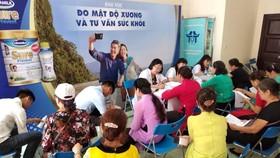 Các Bác sĩ Trung tâm dinh dưỡng Vinamilk tư vấn sức khỏe và dinh dưỡng cho người cao tuổi tham gia chương trình