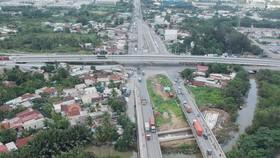 Cầu vượt nút giao thông Mỹ Thủy (quận 2) vừa đưa vào hoạt động, giúp cải thiện tình hình giao thông tại khu vực cảng Cát Lái (công trình này sử dụng vốn ngân sách TPHCM).  Ảnh: CAO THĂNG
