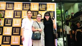 Doanh nhân trẻ Hoàng Thị Đào Tiên (ngoài cùng bên trái) cùng các khách hàng trong ngày khai trương cửa hàng UMI
