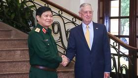Bộ trưởng Ngô Xuân Lịch và Bộ trưởng Bộ Quốc phòng Hoa Kỳ James. Ảnh MOD