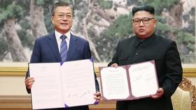 Nhà lãnh đạo Triều Tiên Kim Jong-un (phải) và Tổng thống Hàn Quốc Moon Jae-in tại hội nghị thượng đỉnh ở Bình Nhưỡng ngày 19/9/2018. Ảnh tư liệu: AFP/TTXVN