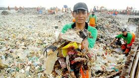 Indonesia gom lượng rác thải khổng lồ ở quần đảo Thousand