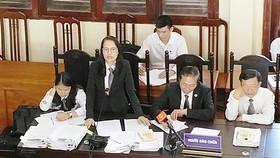 Tranh luận căng thẳng sau đề nghị trả hồ sơ vụ án tai biến chạy thận ở Hòa Bình