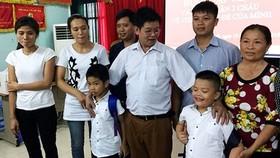 Nghẹn ngào buổi trao nhận lại con tại BV Đa khoa huyện Ba Vì sau 6 năm bị trao nhầm