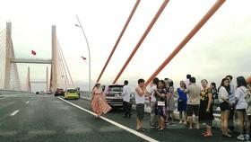 Cầu dây văng lớn nhất Việt Nam vừa thông xe đã xuất hiện vi phạm!