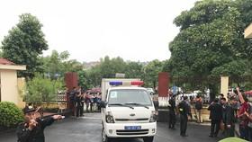 Đúng 7h30, xe đặc chủng dẫn giải 7 bị cáo  đang bị tạm giam tới tòa, trong đó có ông Phan Văn Vĩnh và Nguyễn Thanh Hóa