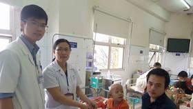 Báo SGGP trao tiền giúp các bệnh nhân nghèo miền Trung
