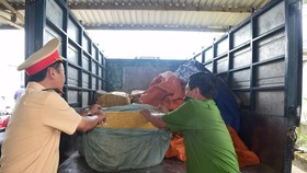 Xe tải chở sụn gà không rõ nguồn gốc