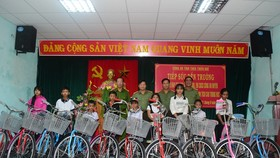 Tặng xe đạp cho trẻ em vượt khó học giỏi tại huyện A Lưới