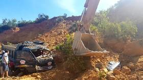 Chiếc xe ô tô tải bị đất vùi lấp hoàn toàn tại hiện trường
