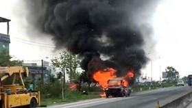 Xe ô tô 16 chỗ bốc cháy dữ dội trên Quốc lộ 1A
