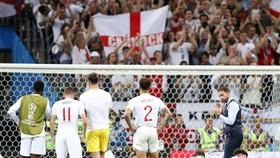 HLV Gareth Southgate và người hâm mộ Anh động viên cầu thủ sau thất bại. Ảnh: Getty Images