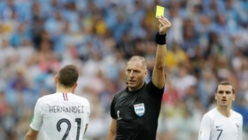 Trọng tài Nestor Pitana rút thẻ phạt đối với cầu thủ Pháp. Ảnh: Getty Images