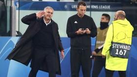 Phản ứng gây tranh cãi của HLV Jose Mourinho sau trận đấu. Ảnh: The Sun