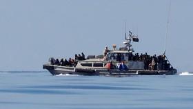 Người tị nạn trên tàu của Cảnh sát biển Libya ngày 31-1, sau khi được cứu ở Địa Trung Hải. Ảnh: REUTERS