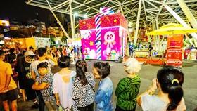 Hộp quà khổng lồ thu hút hàng ngàn người tại Sense Market